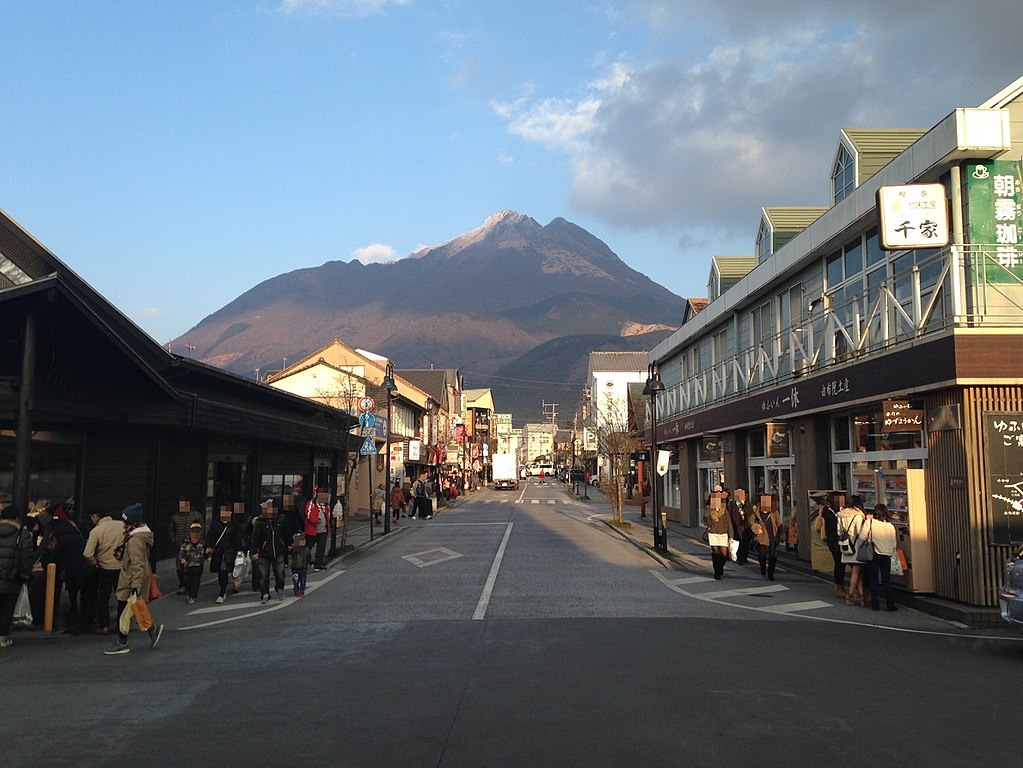 1024px-View_of_Mount_Yufudake_and_Yufuin_Onsen_Street_in_front_of_Yufuin_Station